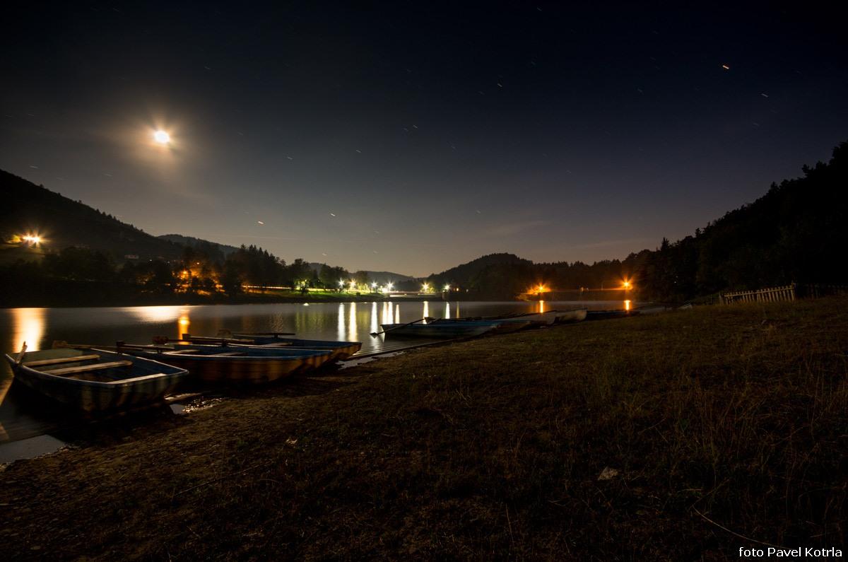 Noční přehrada Bystřička